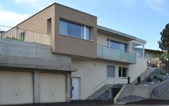 Das Terrassenhaus wurde an einem Hang in Vordemwald/AG erstellt.
