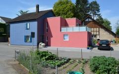 Das Einfamilienhaus wurde renoviert und um einen Anbau erweitert.