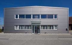 Die Produktionshalle bietet neue Büroräumlichkeiten und Lagerfläche.
