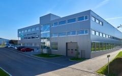 Neubau des neuen Hauptsitzes der Schär Druckverarbeitung AG. Verwaltung und Produktion werden in einem Körper effizient gegliedert.
